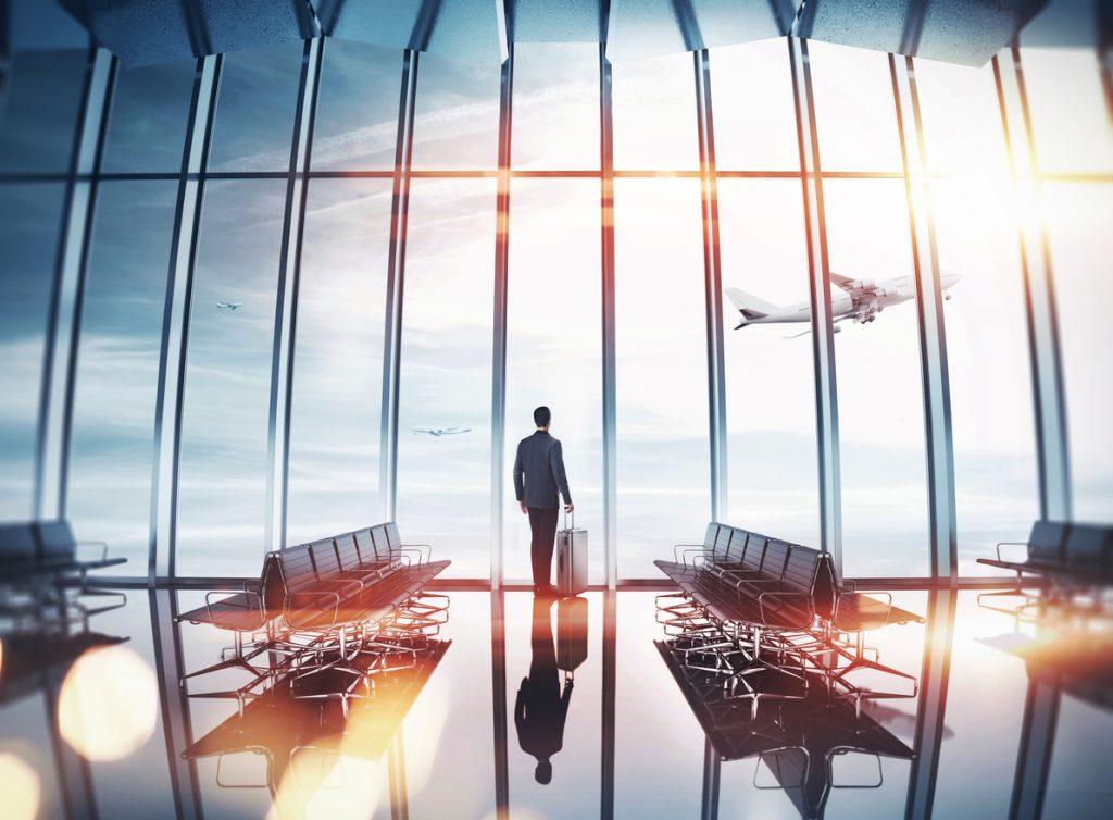 Mann in Flughafenwartehalle