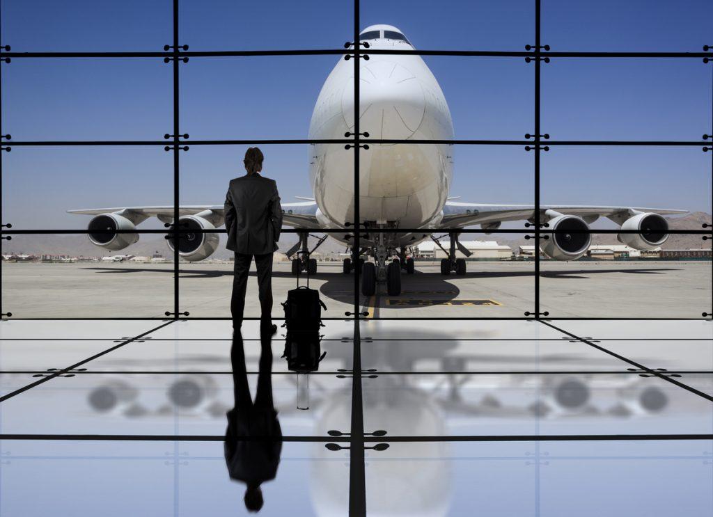 Wartender Mann vor Flugzeug