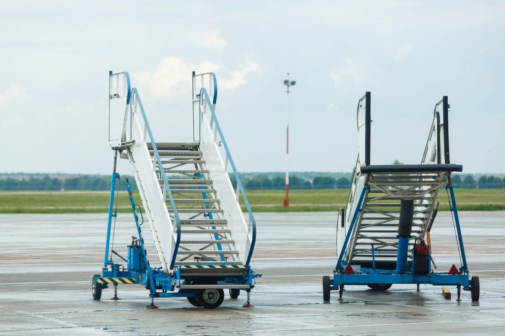 Treppenfahrzeug auf Flughafengelände