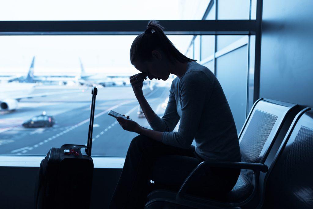 Wartende Frau am Flughafen