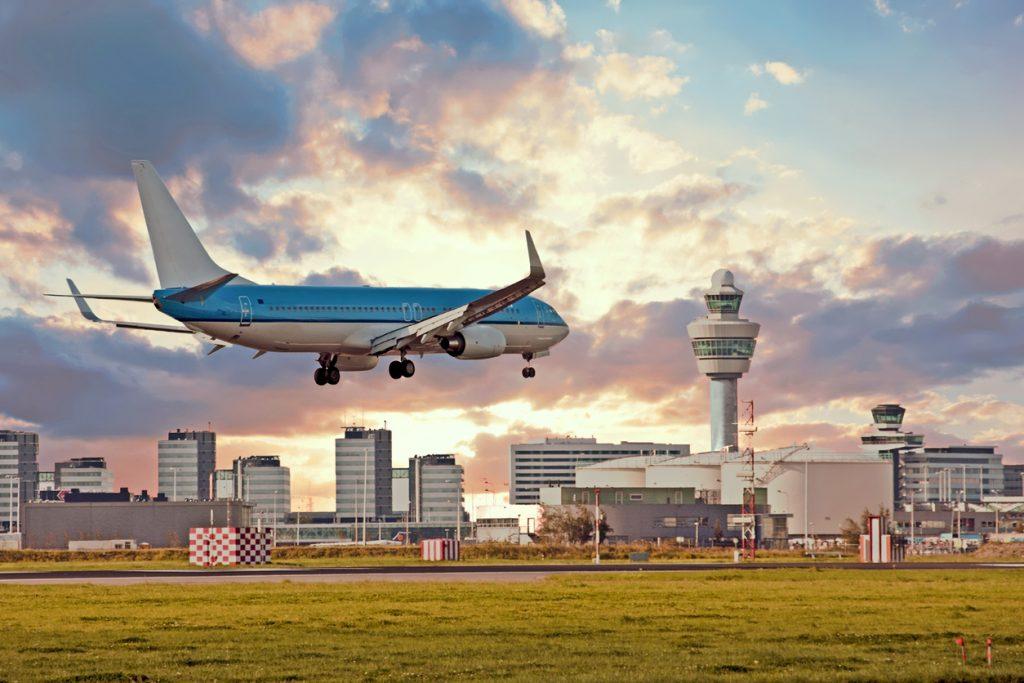 Flugzeug landert am Flughafen Schiphol