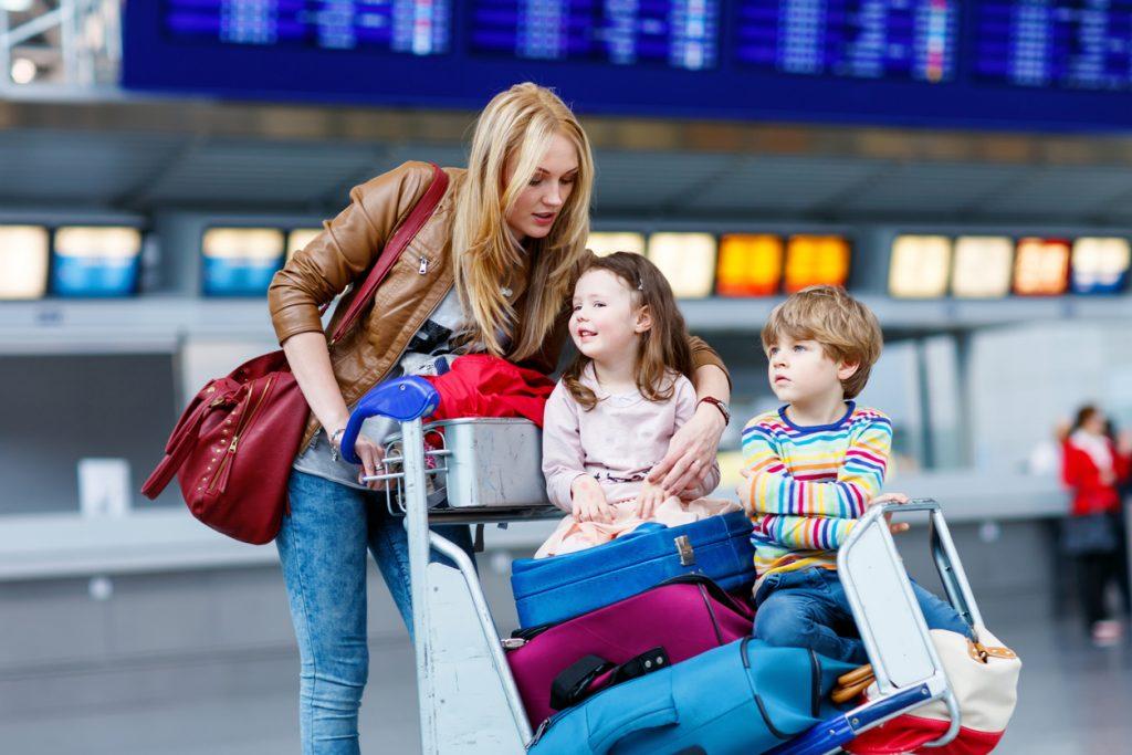 Mutter mit zwei Kindern am Flughafen